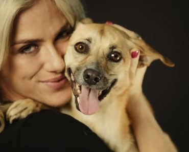 Giovanna Ewbank cheia de carinho pra oferecer ao cãozinho.