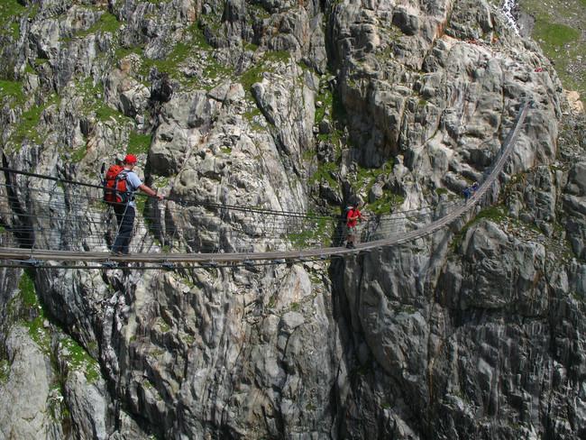 Ponte entre montanhas