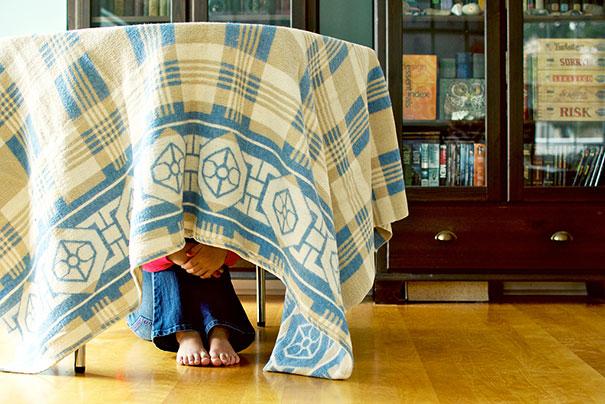 esconde-esconde de baixo da mesa
